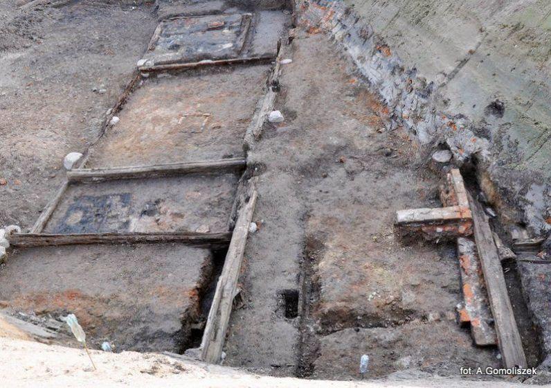 Relikty drewnianej zabudowy na Targu Siennym