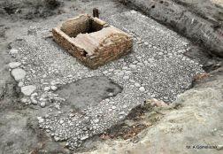 Bruk kamienny i murowana piwnica na Targu Siennym