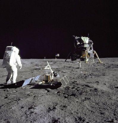 Księżycowy eksperyment sejsmiczny, w tle lądownik Eagle