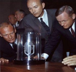 Załoga Apollo 11 podziwia próbkę skały księżycowej, którą przywiozła na Ziemię