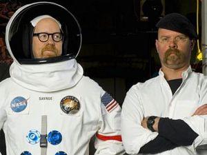 Adam Savage (z lewej) i Jamie Hyneman podczas obalania księżycowych spisków