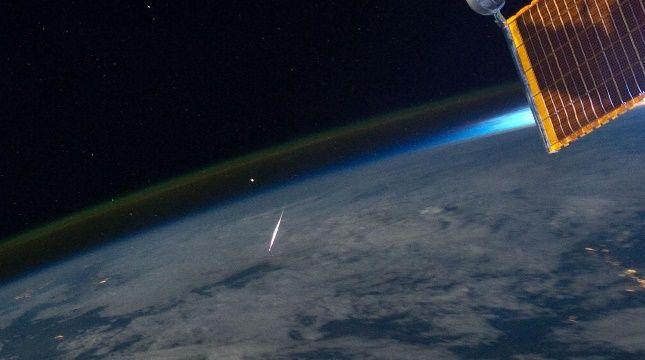 Ślad pojedynczego meteoru z roju Perseidów, sfotografowany z pokładu Międzynarodowej Stacji Kosmicznej