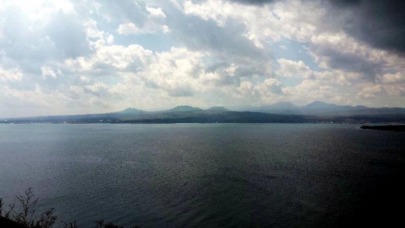 Pole wygasłych wulkanów nad jeziorem Sewan, widziane z perspektywy monastyru Sewanawank