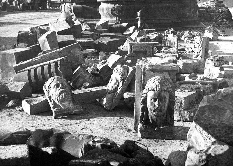 """Wydobyte z ruin elementy kamieniarskie """"Złotej Kamienicy"""". ok 1946 roku."""