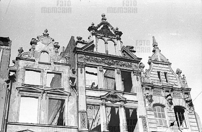 renesansowe i eklektyczne fasady kamienic przy ulicy Długiej, rozebrane w czasie przygotowań do odbudowy. Za: M. Gawlicki, Zabytkowa architektura Gdańska w latach 1945-1951.