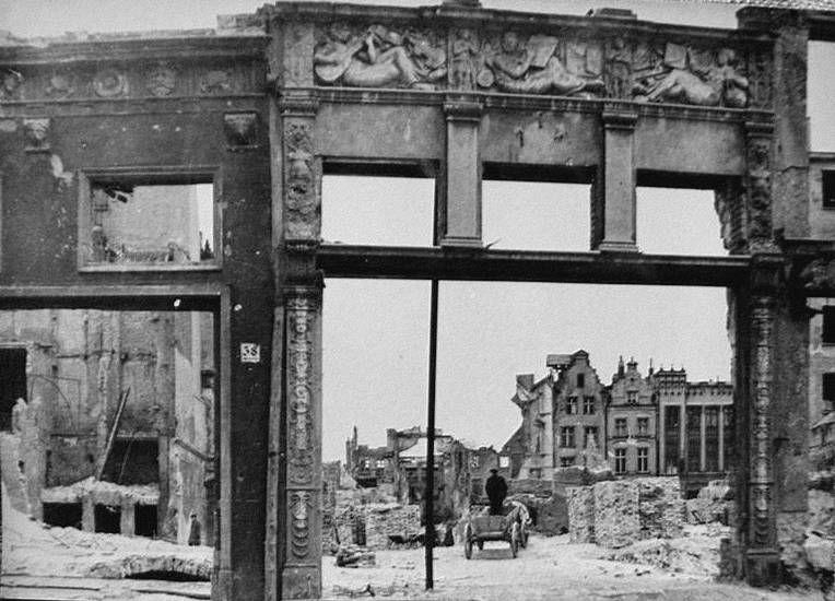 zachowane przyziemia kamienic nr 38 i 37 przy ulicy Długiej. W tle widoczne nie zniszczone kamienice renesansowe i eklektyczne przy ul Ogarnej. Zdj. koło 1947 roku. Przyziemia powyższych kamienic zachowano i wkomponowano w zrekonstruowany budynek. Również widoczne w tle kamienice są jednymi z nielicznych pozostawionych na Głównym Mieście.
