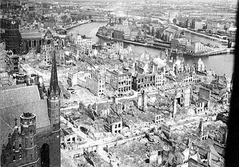 Główne miasto, widok z kościoła Mariackiego w kierunku Motławy. Koniec lat 40.