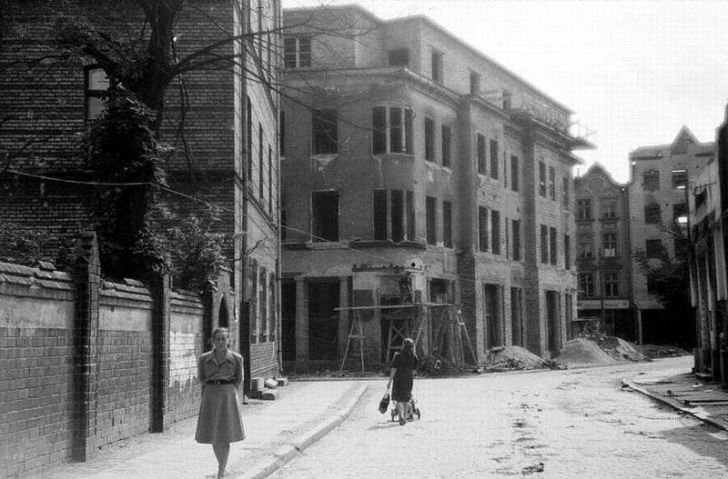 Ulica Pańska widok w stronę ulicy Szerokiej. Z lewej klasztor OO Dominikanów za nim wlot ulicy Świętojańskiej. Na środku budynek Szeroka 121/122. Lata 1948-1950
