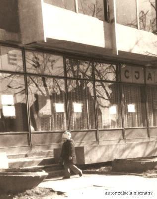 Wiking 1973. Na zdjęciu przy Wikingu mała dziewczynka to Kasia, córka Waldemara Nocnego, autor zdjęcia Waldemar Nocny.