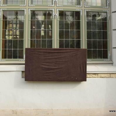 Zasłonięta tablica na Dworze Artusa