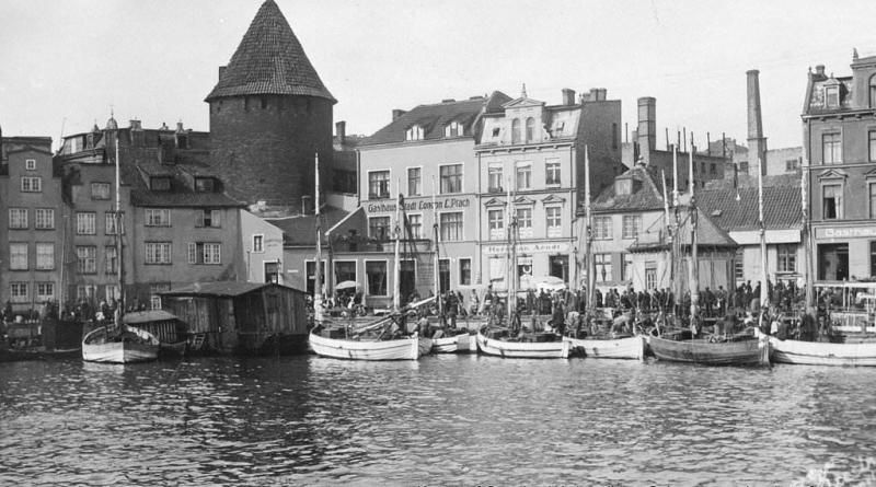 Baszta Łabędź, na Motławie łodzie rybackie