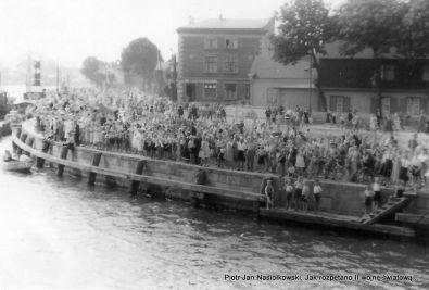 Nabrzeże portu gdańskiego pełne gdańczczan entuzjastycznie witających w dniu 25 sierpnia 1939 roku zwiastuna nadciagającej wojny