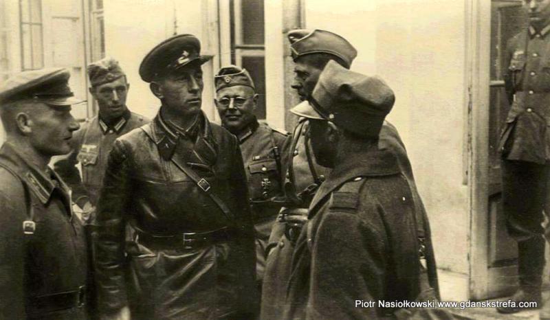 Siemion Mojszejewicz Kriwoszejn i niemieccy oficerowie podczas rozmowy, w której tłumaczem był wzięty do niewoli polski oficer