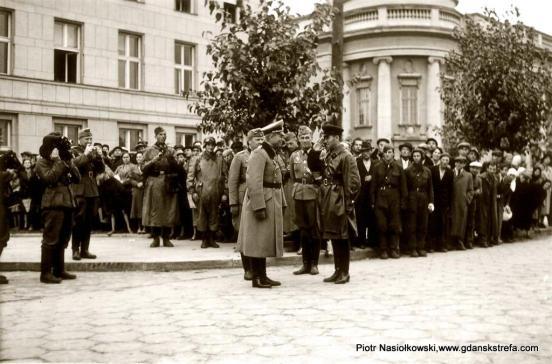 Generał Heinz Guderian wita w Brześciu kombriga Siemiona Moiszejewicza Kriwoszejna