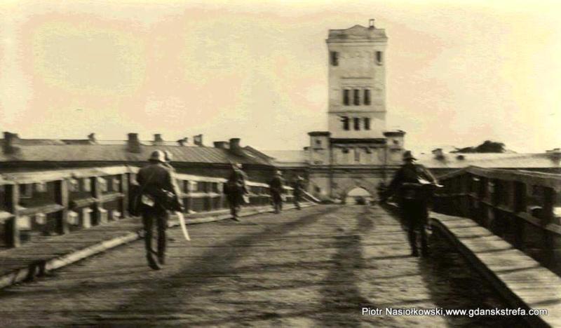 Szturmujący Twierdzę Brześć niemieccy żołnierze na Moście Ludwikowskim w Brześciu