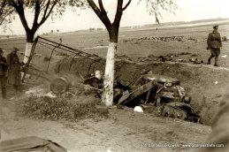 Wrak wojskowej ciężarówki spalonej podczas walk pod Janowem Lubelskim