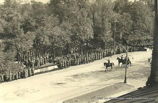 Kawaleria niemiecka defiluje w Warszawie przed Adolfem Hitlerem