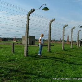Moja córka zwiedzająca teren byłego obozu Auschwitz-Birkenau