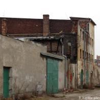 wąski budyneczek, który przetrwał wyburzania, widok od Chmielnej
