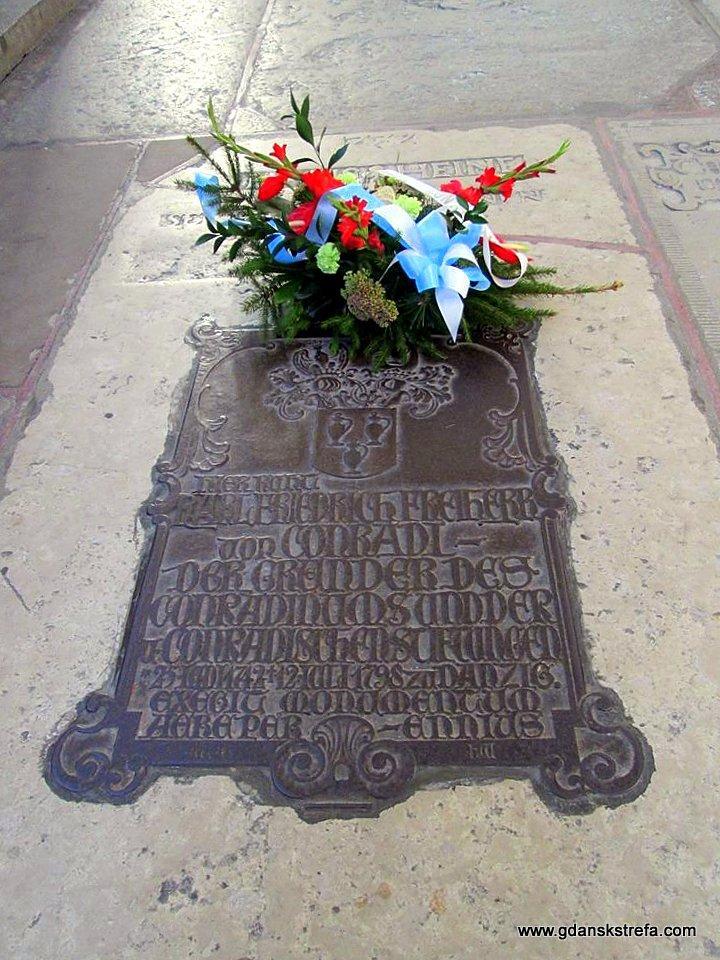 Płyta grobowa Karola Fryderyka von Conradiego w kościele Mariackim.