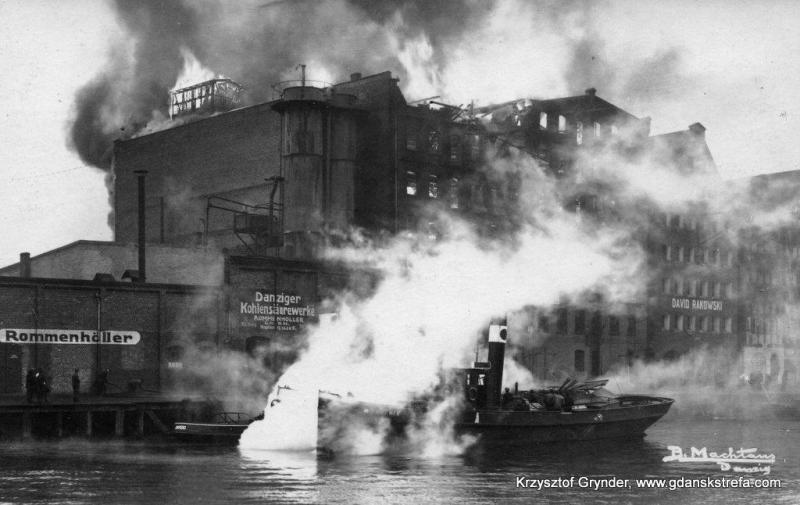 """Pożar na Wyspie Spichrzów w roku 1930. Najbardziej ucierpiał spichlerz """"Deo Gloria"""", palił się 3 dni. Zginą wtedy 1 strażak."""