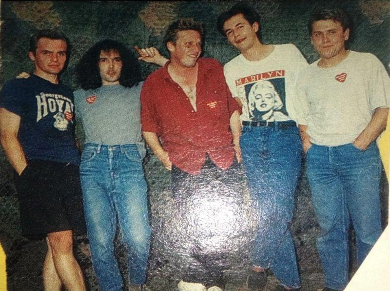 Jedna z nielicznych zachowanych fotografii składu, który wziął udział w nagraniach płyty TAG. Od lewej: Andrzej Jarmakowicz (perkusja), Piotr Pawlak (gitara solowa), Jarek Janiszewski (śpiew), Jarek Furman (gitara rytmiczna), Tomasz Żuczek (gitara basowa).