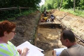 Rysownik i archeolog w trakcie dokumentowania odkryć - fot. Z. Ratajczyk