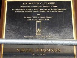"""Tablica poświęcona Arthurowi C. Clarke, autorowi """"2001: Odyseja kosmiczna"""""""