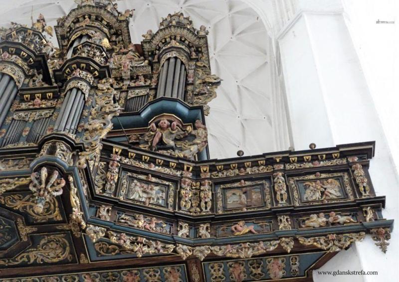 Balustrada chóru muzycznego przedstawia starotestamentowe sceny z życia Tobiasza.
