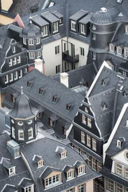 Dachy nowego starego miasta wykonane zostały jak niegdyś z czarnych łupków.