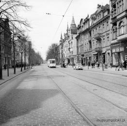 Aleja Grunwaldzka (Hauptstrasse) we Wrzeszczu. W czasie wojny kamienice po obu stronach ulicy zostały zniszczone