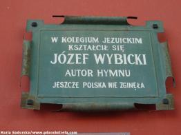 Tablica pamiątkowa na fasadzie kościoła św. Ignacego
