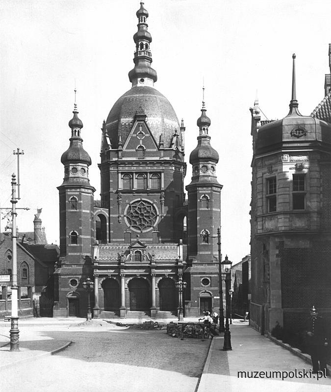Wielka Synagoga przy ulicy Bogusławskiego (An der Reitbahn) obok Baszty Narożnej. Widok z ulicy Bogusławskiego, po lewej widoczny fragment Dworu Miejskiego, a po prawej budynku Prezydium Policji. (1906)