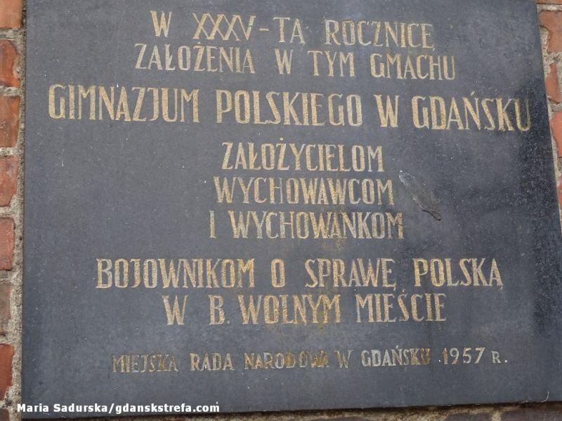 Tablica pamiątkowa wmurowana w fasadę gmachu dawnego Gimnazjum Polskiego przy ul. Augustyńskiego w Gdańsku
