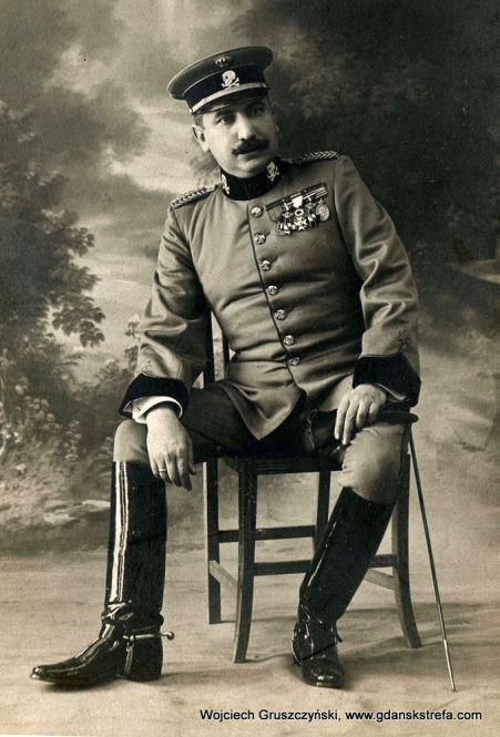 Oficer hiszpańskiego Regimentu Kawalerii Lusitania w latach trzydziestych XX w.