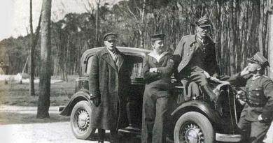 Franciszek Dąbrowski na masce samochodu