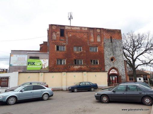 resztki kościoła przerobione na sklep i zakład