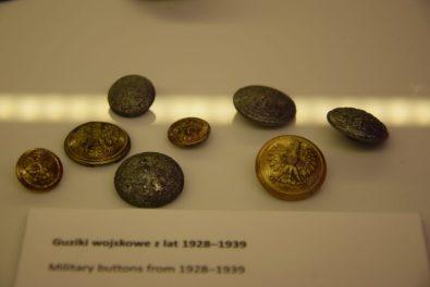 Westerplatte, guziki znalezione podczas badań archeologicznych. Fot. J.Jarzęcka-Stąporek