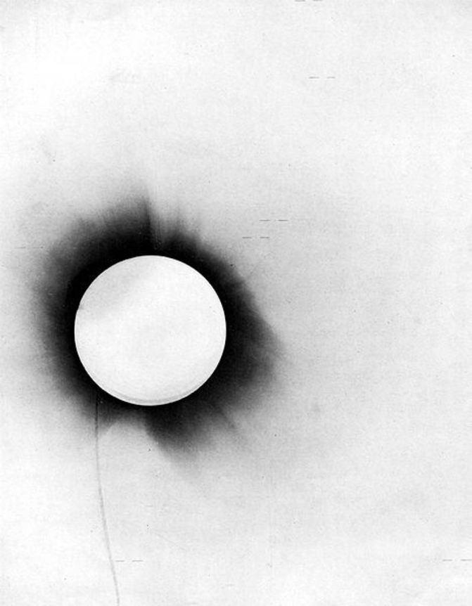 Negatyw zdjęcia zrobionego w Sobral, na godzinie 2 (około) widać czarną kropkę, to obraz gwiazdy pozorny, w tym miejscu nie powinno jej być. Zdjęcie znajduje się w Muzeum Nauki w Greenwich.