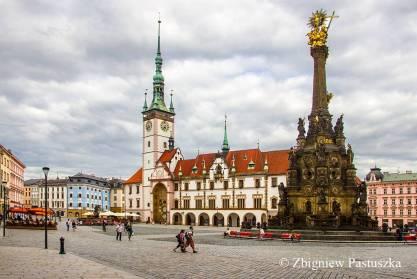 Kolumna Trójcy Świętej w Ołomuńcu (1716–1754) na tle ratusza