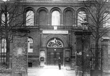 Główne wejście wraz z ogrodzeniem