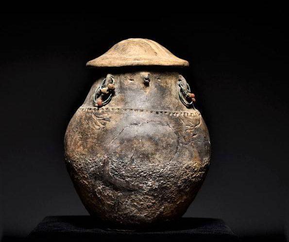 Urna twarzowa ozdobiona kolczykami z bursztynowymi paciorkami. Fot. Z. Grunt, Muzeum Archeologiczne w Gdańsku