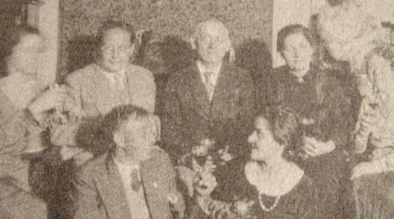 Tadeusz Tylewski (drugi od lewej) wśród rodziny i znajomych