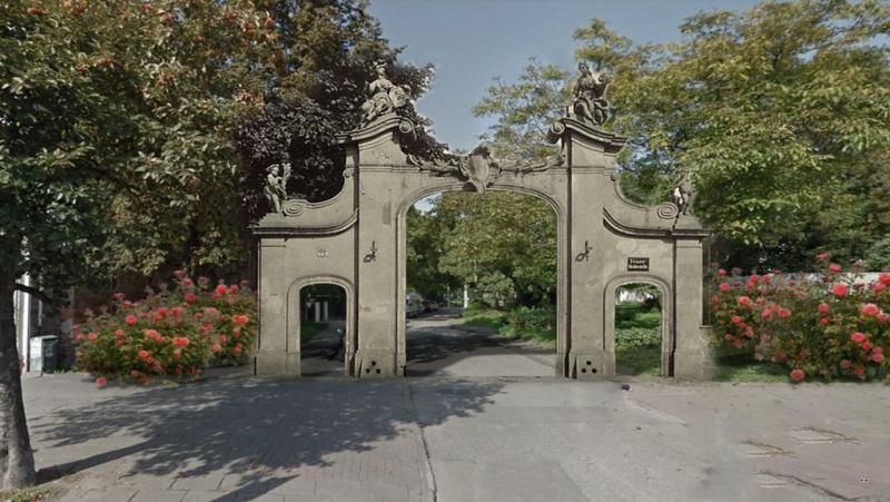 Widok na ul. Krowoderska od strony Długich Ogrodów - odtworzenie rokokowej bramy wjazdowej dawnej posiadłości Mniszchów.