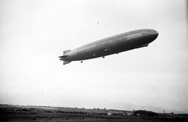 """Przelot niemieckiego sterowca """"Zeppelin"""". Święto Morza w Gdyni. Źródło: Narodowe Archiwum Cyfrowe."""
