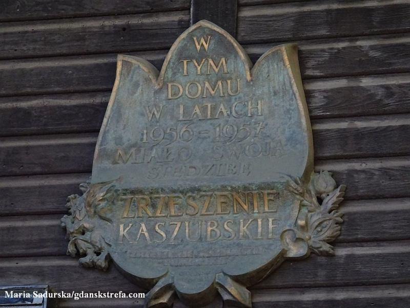 Tablica pamiątkowa na fasadzie budynku przy al. Grunwaldzkiej 516