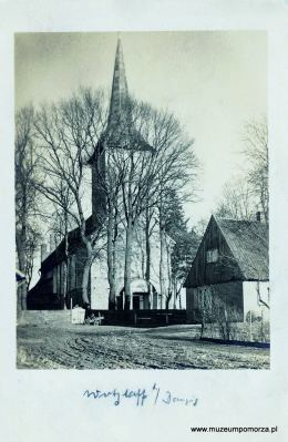 Kościół luterański, obecnie ruina wpisana na listę zabytków.