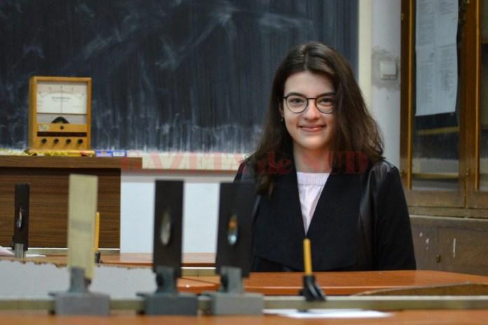 """Erminia Petra Popa, elevă a Colegiului Național """"Carol I"""" din Craiova, a făcut parte din echipa României la Campionatul European de Fizică"""