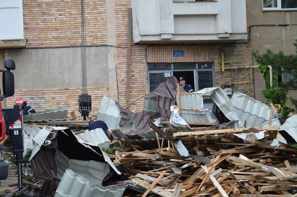 Vântul a făcut prăpăd în Craiova. 20 de maşini avariate şi alte pagube (Foto: ISU Dolj)