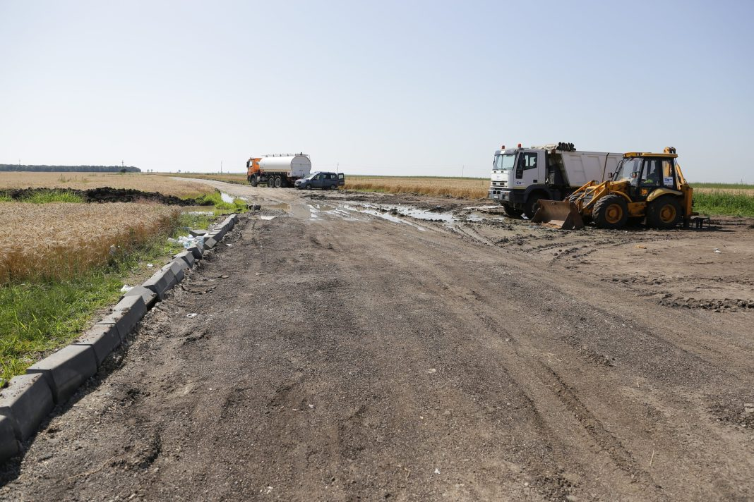 Pe tronsoanele 1 şi 2 ale drumului Expres Craiova-Pitești lucrările ar trebui să fie gata până la sfârşitul anului viitor (Foto Claudiu Tudor)